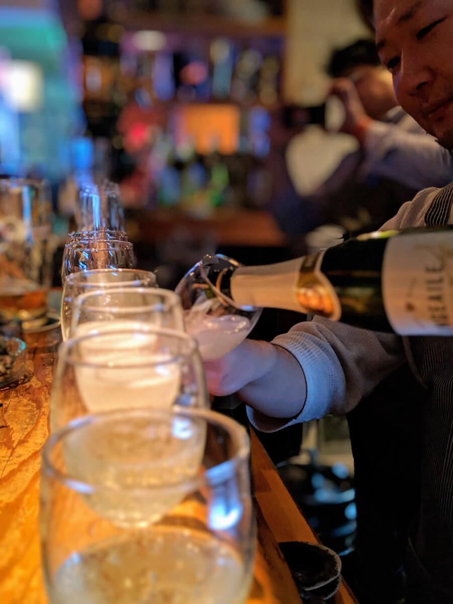 シャンパンをそそぐ Dining Bar OHANA オーナー