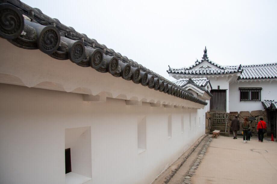 白く塗り替えられた姫路城の城壁