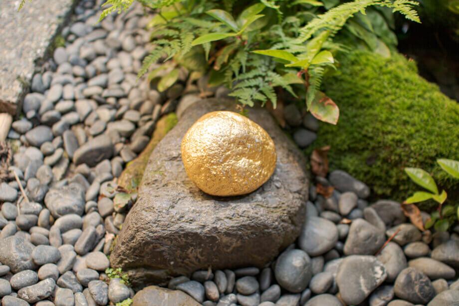 箔座ひかり蔵「金箔の石」