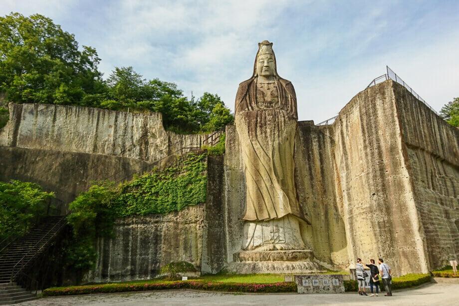 大谷石の採掘場跡の岩壁に彫られた平和観音