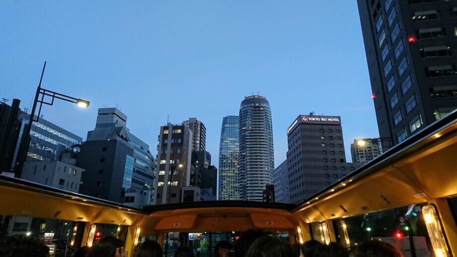 はとバスから眺める新橋・虎ノ門界隈のビル群