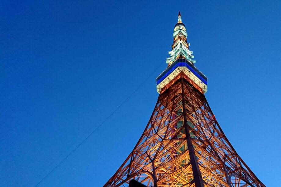 はとバスツアーで東京タワーの真下を通過する