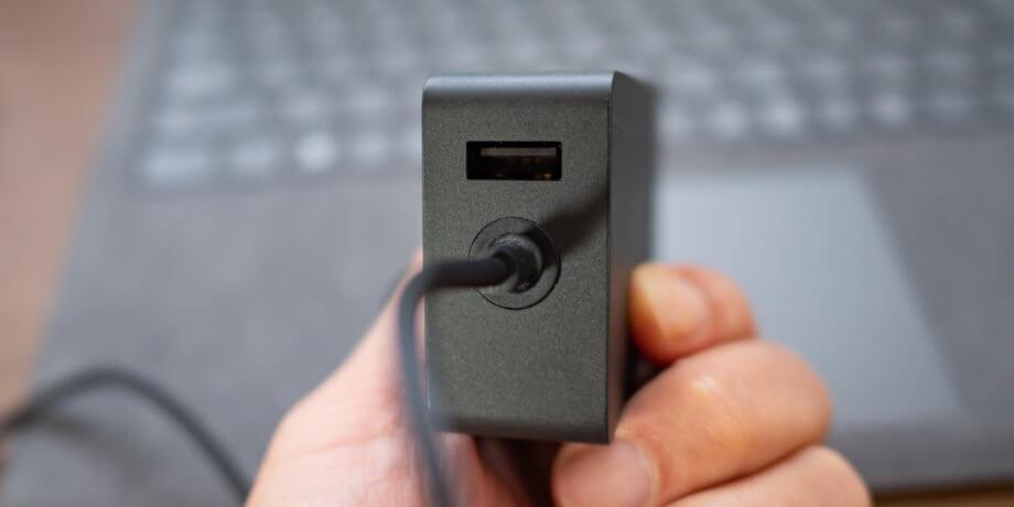 Surface 電源アダプターの USB-A コネクタ