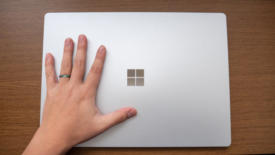 Surface Laptop 3 15 インチと手のひらのサイズを比較