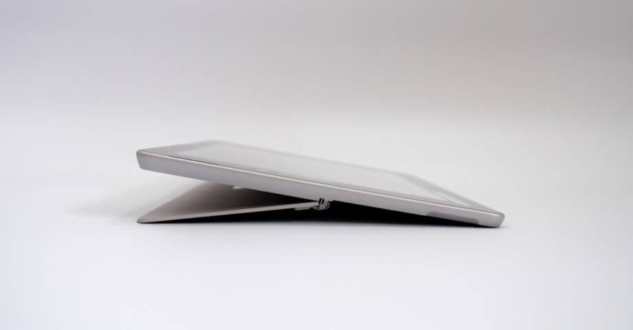 Surface Go 2 キックスタンドを最大まで広げた状態
