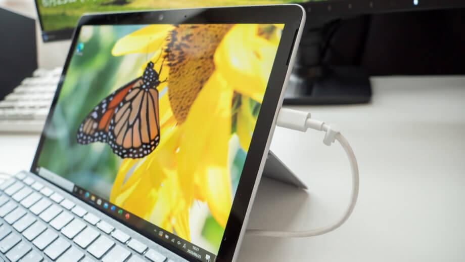 USB-C ケーブルで Surface Go 2 を充電