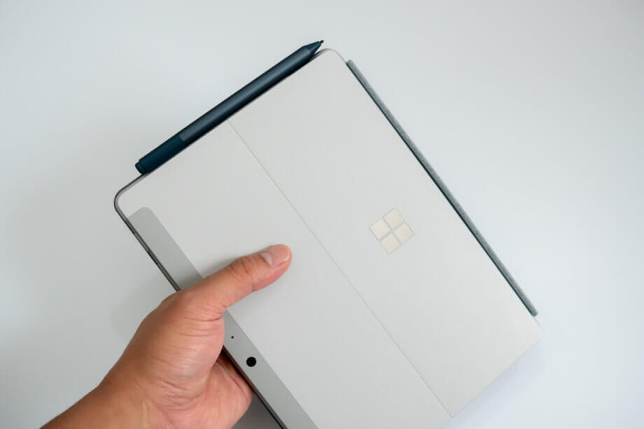 Surface Go 2 に Surface Pen をつけた状態