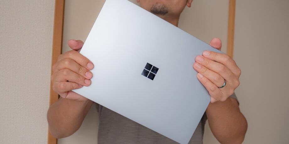 Surface Laptop Go を手に持った様子