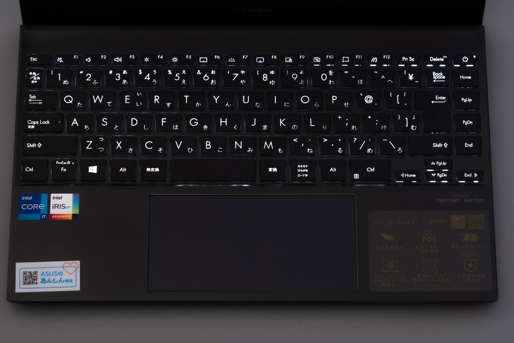 光る ZenBook 13 のキートップ