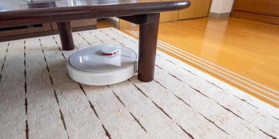 Dreame D9 がテーブルの脚まわりを掃除する様子2