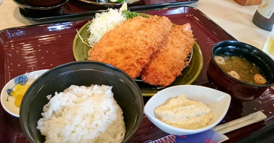 三重県の伊勢・志摩グルメ「開き海老フライ」は手のひらサイズの巨大なフライ