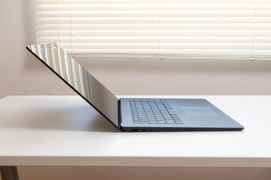 Surface Laptop 4 モニターを最大まで開いた状態