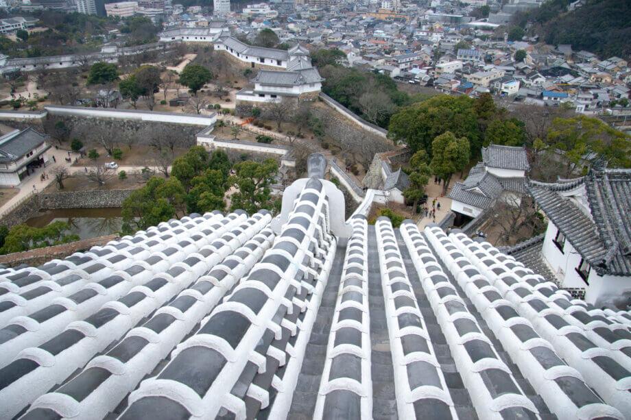 白くなった姫路城の屋根