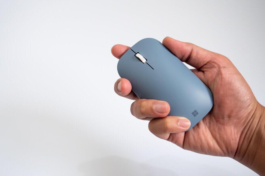 Surface モバイルマウスを手に持つ