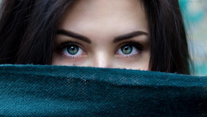 視線を向ける女性