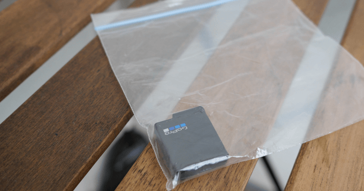ジッパーの付いた袋にバッテリーを収納