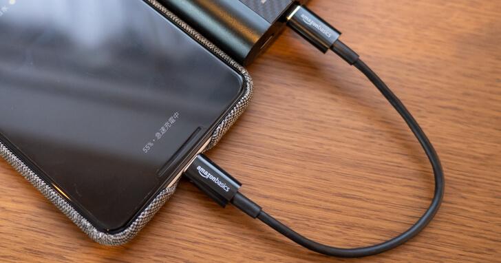 モバイルバッテリーと接続しても配線が邪魔にならない